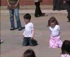 Ball del peu polidor realitzat per nens i nenes d'infantil