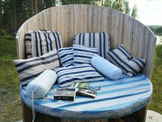 From cable drum to cozy corner - so do Diy Yard Furniture, Pallet Garden Furniture, Outdoor Furniture Sets, Diy Pallet Projects, Outdoor Projects, Outdoor Spaces, Outdoor Living, Outdoor Decor, Wooden Spool Tables