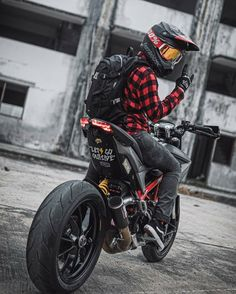 Tag Your Friends Whom You Think Are crazy About Cars/Bikes Source : official_naked_motorcycles Custom Motorcycle Helmets, Futuristic Motorcycle, Motorcycle Garage, Women Motorcycle, Racing Helmets, Motocicleta Ducati Hypermotard, Vrod Custom, Photo Pour Instagram, Ducati Motorcycles