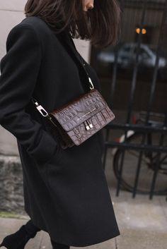 15 Parisian Fashion Style Everyone Should Know - Parisian Winter Style # Street Style Inspiration, Mode Inspiration, Style Noir, Mode Style, Black Winter Coat, Black Coats, Winter Coats, Style Parisienne, All Black Fashion