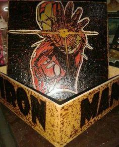 Iron Man pirografado e pintado com lápis de cor Fabercasttel em caixinha de MDF de 15x15