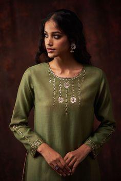 Simple Kurta Designs, Kurti Neck Designs, Kurta Designs Women, Stylish Dress Designs, Embroidery Suits Punjabi, Hand Embroidery Dress, Kurti Embroidery Design, Embroidery Motifs, Kurtha Designs