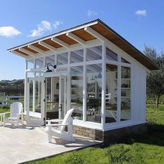Here the stunning garden shed ideas are creatively designed for the adornment of your simple garden area. These garden shed plan includes simple rustic to colorful shed projects. Designing of garden sheds are attractively styled out for providing you Shed Office, Backyard Office, Backyard Studio, Backyard Sheds, Garden Sheds, Garden Studio, Patio Grande, Studio Shed, Casa Patio