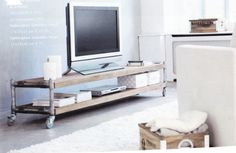 televisiemeubel van steigerpijp en eikenhout