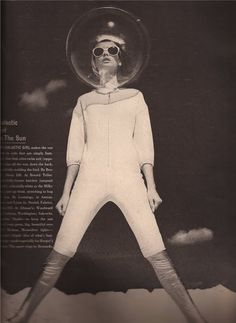 ☺ Sylvia In Vogue: Her style: Futuristic Jean Shrimpton : Jean Shrimpton as an astronaut by Richard Avedon Richard Avedon, Space Fashion, Fashion Design, Space Girl, Space Age, Top Fashion Magazines, Jean Shrimpton, Mode Plus, Sixties Fashion