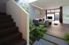 modernes haus innengarten bodenfliesen palmen sitzgruppe