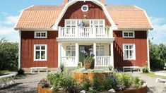 Ester& old farmhouse has been completely renovated. See pictures of the final result in the slideshow . Scandinavian Cottage, Swedish Cottage, Swedish House, Red Houses, Old Farm Houses, German Houses, Barn Living, Facade House, Cottage Homes