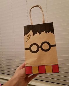 "Harry Potter Harry Potter Goodie Bag Más - For my post today, I will be showing you some of the fun paper projects I've done. The first are ""shopping packages."" I scoured the internet looking for logos of shops in Diagon A… Harry Potter Halloween, Harry Potter Diy, Natal Do Harry Potter, Cadeau Harry Potter, Harry Potter Fiesta, Classe Harry Potter, Harry Potter Classroom, Theme Harry Potter, Anniversaire Harry Potter"
