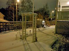 Puutarhaporttiin voisi ensi jouluna laittaa valot.