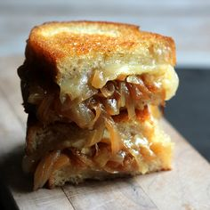 I love toasted cheese sandwiches. I adore french onion soup. So why not combine both with a french onion soup grilled cheese sandwich. Think Food, I Love Food, Good Food, Yummy Food, Tasty, Healthy Food, French Onion Soup Grilled Cheese, Grilled Cheese Recipes, Grilled Cheeses
