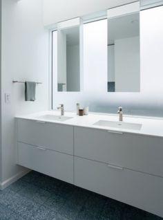 Decoração de banheiro atual. Revestimentos azuis e brancos aquecem e trazem modernidade.🌿🏠 #lilianazenaro #decoracao #reforma #interiores  #designdeinteriores #decoradora #reformaresidencial #reformadebanheiro #inspiração #bathroom #iluminação Design Projects, Blue And White