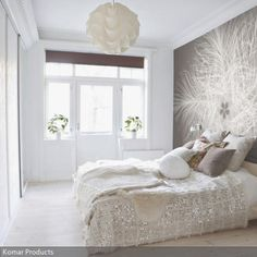 Das kleine und helle Schlafzimmer ist sehr schlicht eingerichtet, so bleibt Spielraum für eine größere Wanddeko wie die Tapete mit Federmotiv. Genauso weich und…