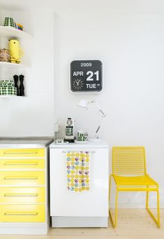Stål bordplade i retrokøkken (flip clock made by Fartech Corporation) Scandinavian Home Interiors, Scandinavian Design, Light Green Kitchen, Kitchen Yellow, Green Kitchen Designs, Yellow Cabinets, Yellow Interior, Piece A Vivre, Home And Deco