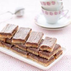 Småkakor i tre ljuvligt goda lager; söt mördegsbotten, seg kola och mjuk chokladfrosting.
