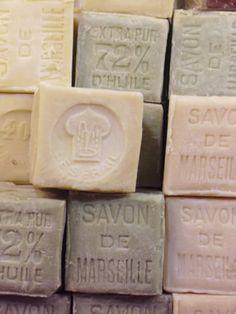 Le vrai savon de Marseille est plus généralement en forme de cube, de 100g a 1kg) Il est composé a 72 pour 100, d'huile végétale (olive, palme, coco, coprah, ou palmiste) eau, sel, soude. Il n'a pas de parfum, de colorant ou de conservateur. #savondemarseille