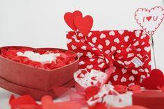 Happy Valentinstag! Nicht nur von Herzen schenken, sondern achtsam schenken. Ein Geschenk ist Ausdruck der Persönlichkeit und Symbol für die Wertschätzung des Beschenkten.Warum also nicht etwas Bleibendes schenken, was 100% sinnvoll ist und für Achtsamkeit und Regionalität steht?  Geschenke, in unsere buntherum-Tücher verpackt, sind eine Liebeserklärung an unser Gegenüber und an unsere Umwelt.
