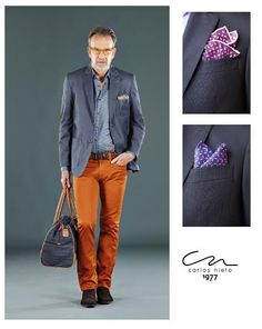 El pañuelo es un accesorio fundamental, incluso para un look casual con blazer y jeans.      #TipsCN #Handkerchief #MenStyle