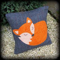 Dies ist ein weiches und taktile Kissen, komplett mit einem Feder-Pad. Er misst 38 x 38 cm, und es gibt einen tiefen Umschlag auf der Rückseite öffnen.  Das Grundgewebe ist eine besonders weiche, Glen Garnock Tweed, mit Flecken von blau und rot mit dem Anthrazit verwoben.  Schläfrige Fuchs wurde auf den wollenen Hintergrund appliziert. Ich liebe den Kontrast der verbrannten Orange des Fuchses gegen die Tiefe, Kohle Grau des Tweed.  Diese Glen Garnock Tweed ist so taktile und weich... perfekt…