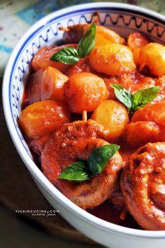 Salsiccia e patate al sugo. Ricetta con foto passo passo nel blog di @vicaincucina