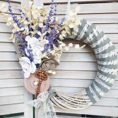 DIY στεφάνι σε λιλά και γκρι αποχρώσεις με #vintage διάθεση. Διαβάστε στο άρθρο μας ακόμα περισσότερες ιδέες για χειροποίητα στεφάνια. #barkasgr #barkas #afoibarka #μπαρκας #αφοιμπαρκα #imaginecreategr #spring2020 #diyspringwreaths #stefania #springwreaths #diywreaths Grapevine Wreath, Grape Vines, Wreaths, Home Decor, Vintage, Mom Presents, Decoration Home, Door Wreaths, Room Decor