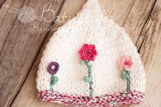 Cappellino Primavera con fiori fatto a ferri ed uncinetto