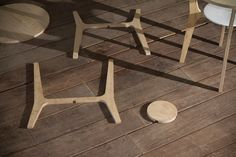 To keep production costs to a minimum, the Nort table is constructed from a single, planar kit derived from the same 1.5cm thick ash wood board.
