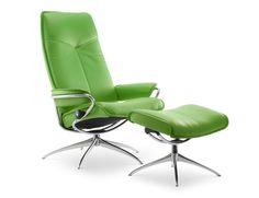 Stressless City (high back) inkl Hocker in der Ausführung Leder 'Paloma' Summer Green. Chromdetails und hochwertiges Leder auf einem 360° drehbares Untergestell macht dieser Sessel Eindruck. Die grazile Form des Sesselfußes bietet ein erstaunliches Maß an Festigkeit und Haltbarkeit.