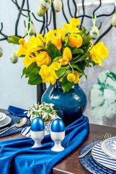 Florile naturale vor aduce de fiecare dată mesei tale un aer proaspăt. Alege o vază din sticlă de o frumusețe aparte de la Nobila Casa. Flower Vases, Table Decorations, Furniture, Home Decor, Decoration Home, Room Decor, Vase, Home Furnishings, Home Interior Design