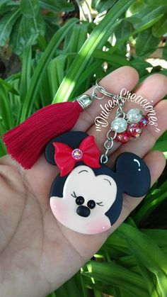 Polymer Clay Flowers, Fimo Clay, Fiesta Mickey Mouse, Minnie Mouse, Clay Crafts, Diy And Crafts, Polymer Clay Disney, Clay Keychain, Christmas Clay