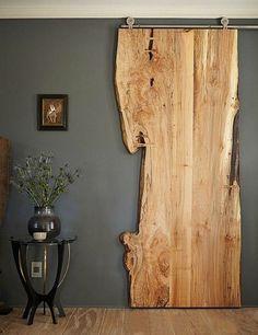 système porte coulissante en bois transformé en objet déco