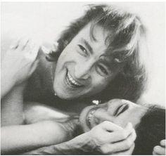 Viviamo in un mondo in cui ci nascondiamo per fare l'amore, mentre la violenza e l'odio si diffondono alla luce del sole.<3 John Lennon