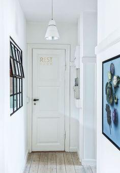 Vindue i gangen giver lys Dark Hallway, Front Hallway, Hallway Walls, Hallway Furniture, Hallway Ideas, Hallways, Cute Apartment, Apartment Design, Apartment Ideas