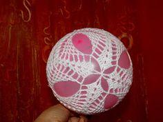 Crochet Christmas Decorations, Crochet Decoration, Christmas Crafts, Christmas Ornaments, Crochet Ball, Thread Crochet, Hand Crochet, Lampe Crochet, Ball Decorations