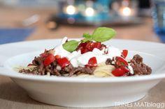 Pasta med kjøttdeig, tomatsalsa og hvitløkskrem Frisk, Pudding, Pasta, Beef, Desserts, Recipes, Food, Meat, Tailgate Desserts