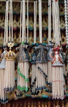 tassel --- try this with Turkish Crystal Bead Caps. Diy Tassel, Tassel Jewelry, Beaded Jewelry, Tassels, Handmade Jewelry, Jewellery, Ideias Diy, Passementerie, Beaded Ornaments