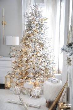 how to create this gorgeous decorated flocked Christmas tree with gold and white ornaments!Learn how to create this gorgeous decorated flocked Christmas tree with gold and white ornaments!