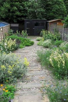 This cheap idea of decorating walkway requires less effort and saves money. The curved path adds the definition to the motion. Small Cottage Garden Ideas, Cottage Garden Design, Backyard Garden Design, Small Garden Design, Cottage Front Garden, Cottage Patio, Modern Backyard, Plant Design, Patio Design