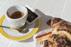 Caffè e cornetto: Manchmal muss der Espresso nicht perfekt sein, wenn das Ambiente schon perfekt ist.