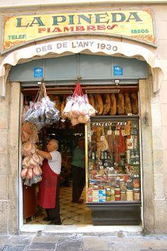 Botiga La Pineda, que desde 1930 se encuentra en un privilegiado local del Gótico, nos recuerda a un antiguo colmado, y es bien conocido en el barrio. Hay unas cinco mesitas donde los más afortunados podrán degustar las especialidades de la tienda. Carrer