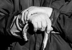 Le mani di un contadino riposano, stanche, sul bastone. La fede, indica l'amore per la famiglia e la Terra Cuneese