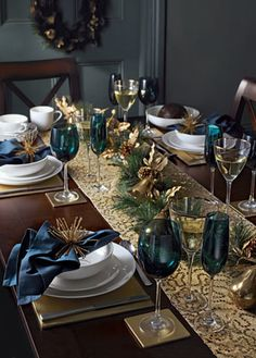Christmas table decorations: Blue and gold - christmas dekoration Christmas Table Settings, Christmas Tablescapes, Christmas Table Decorations, Decoration Table, Holiday Tablescape, Christmas Dining Table, Christmas Tabletop, Outdoor Decorations, Gold Decorations