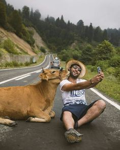 Making friends on the road Artvin Turkey. Photo by : Animals And Pets, Funny Animals, Cute Animals, Nature Animals, Image Photography, Amazing Photography, Travel Photography, Photography Ideas, Beautiful Creatures
