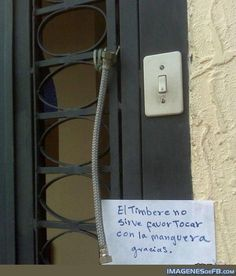 Funniest signs -El timbre no sirve. Humor Mexicano, Spanish Humor, Humor Grafico, Funny Signs, Live, Ideas, Frases, Covers For Facebook, Funny
