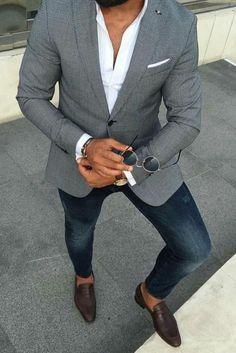 veste grise, jean denim bleu moulant, chemise blanche, chaussures pointues  en marron foncé 3eb150829c7d