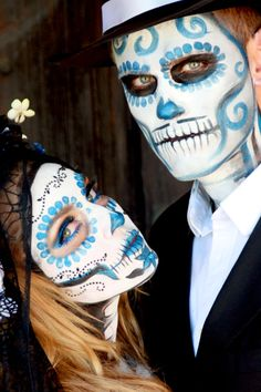 Day of the Dead & Zombie Face Paint : Calavera catrina dia de muertos Yeux Halloween, Halloween Kostüm, Couple Halloween Costumes, Halloween Face Makeup, Witch Costumes, Halloween Wreaths, Homemade Halloween, Family Costumes, Family Halloween