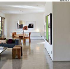 Feito com perfil metálico, o rodapé recuado na parede dá a sensação de leveza, como se o volume estivesse flutuando no living. O piso único de Tecnocimento reforça a integração e dá fluidez aos ambientes no apartamento reformado pela SAO Arquitetura.