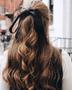 Hair Ribbons Are Underrated NYC Winter Street Style - Vintage Jeans, Haarband, Stiefeletten [www. Pretty Hairstyles, Easy Hairstyles, Hairstyles Videos, Office Hairstyles, Anime Hairstyles, Stylish Hairstyles, Hairstyle Short, Layered Hairstyles, Latest Hairstyles