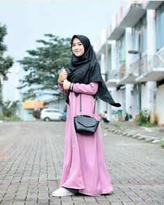 This is a basic everyday hijab style using a gorgeous grey scarf to wear with a full black outfit or an abaya for a casual day. Once we get our scarves fixed we can pick easily any outfit there to… Muslim Women Fashion, Office Fashion Women, Black Women Fashion, Islamic Fashion, Muslim Dress, Hijab Dress, Hijab Wear, Fashion Mumblr, Hijab Fashion