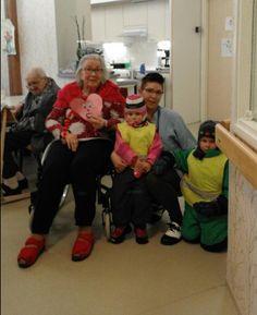 Päiväkodista lapsia ystävänpäivätervehdys käynnillä Nikulassa. Lapsia vastaanottamassa asukas ja hoitaja