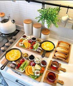 Breakfast Presentation, Food Presentation, Food T, Food And Drink, Yummy Food, Breakfast Platter, Breakfast Buffet, Breakfast Bread Recipes, Food Displays